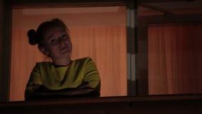 Glimlachend vrolijk meisje die in gele kleding op terras van de mening genieten nacht stock videobeelden