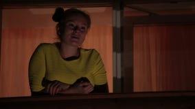 Glimlachend vrolijk meisje die in gele kleding op terras van de mening genieten nacht stock footage