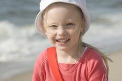 Glimlachend vrolijk meisje op strand II Stock Afbeeldingen