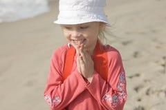 Glimlachend vrolijk meisje op zeekust II Royalty-vrije Stock Afbeelding