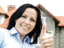 Glimlachend vrouw en huis Stock Afbeeldingen