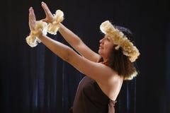 Glimlachend vrouwelijk Hawaiiaans meisje die en met muzikale instrumenten zoals de ukelele dansen zingen royalty-vrije stock afbeeldingen