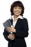 Glimlachend vrouwelijk uitvoerend holdingsbindmiddel stock afbeeldingen