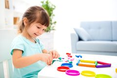 Glimlachend weinig mooi meisje beeldhouw nieuw huis van plasticine Kinderencreativiteit Gelukkige kinderjaren Inwijdingsfeestdrom royalty-vrije stock foto's