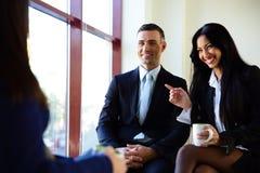 Glimlachend zakenlui die koffiepauze hebben Stock Foto