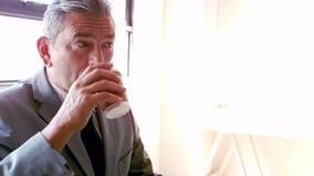 Glimlachend zakenman het drinken koffie haal binnen kop weg stock videobeelden