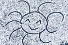 Glimlachend zon op sneeuw wordt getrokken die Zachte nadruk Achtergrond Close-up Rozhitsy op sneeuw wordt getrokken die Zon die i royalty-vrije stock fotografie