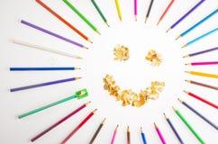 Glimlachend zon van kleurpotloden en potlood het scherpen wordt geschikt die Stock Afbeeldingen