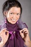 Glimlachend zwart haarmeisje in violette kleding Stock Afbeeldingen
