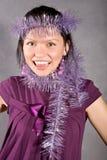 Glimlachend zwart haarmeisje in violette kleding Stock Foto