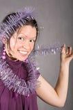 Glimlachend zwart haarmeisje in violette kleding Royalty-vrije Stock Fotografie