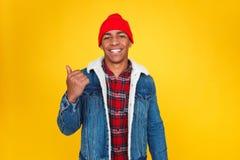 Glimlachend zwarte kerel die weg op geel tonen Stock Afbeelding