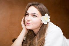 Glimlachende aantrekkelijke jonge vrouw in een witte robe stock foto