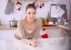 Glimlachende aantrekkelijke vrouw die ontbijt in keukenbinnenland hebben Glimlachende aantrekkelijke vrouw Royalty-vrije Stock Foto's