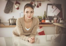 Glimlachende aantrekkelijke vrouw die ontbijt in keukenbinnenland hebben Glimlachende aantrekkelijke vrouw Stock Foto