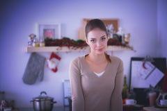 Glimlachende aantrekkelijke vrouw die ontbijt in keukenbinnenland hebben Glimlachende aantrekkelijke vrouw Stock Foto's