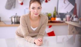 Glimlachende aantrekkelijke vrouw die ontbijt in keukenbinnenland hebben Glimlachende aantrekkelijke vrouw Royalty-vrije Stock Afbeelding