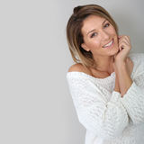 Glimlachende aantrekkelijke vrouw op grijze achtergrond stock foto's