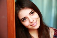 Glimlachende aantrekkelijke vrouw thuis Stock Foto