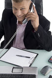 Glimlachende advocaat die op telefoon spreekt Stock Afbeelding