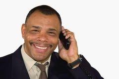 Glimlachende Afrikaans-Amerikaanse mens met celtelefoon Royalty-vrije Stock Afbeeldingen