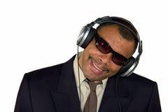 Glimlachende Afrikaans-Amerikaanse mens met hoofdtelefoons Royalty-vrije Stock Afbeelding
