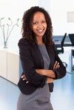 Glimlachende Afrikaanse Amerikaanse bedrijfsvrouw Stock Afbeelding