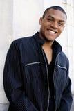Glimlachende Afrikaanse Amerikaanse mens Royalty-vrije Stock Afbeeldingen