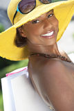 Glimlachende Afrikaanse Amerikaanse Vrouw met het Winkelen Zakken Royalty-vrije Stock Fotografie