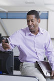 Glimlachende Afrikaanse Amerikaanse Zakenman With Cellphone Royalty-vrije Stock Afbeelding