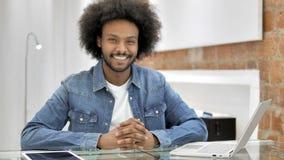 Glimlachende Afrikaanse Mens in Zolderbureau stock footage