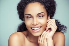 Glimlachende Afrikaanse Vrouw stock foto's
