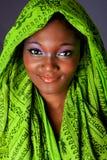 Glimlachende Afrikaanse vrouw met headwrap Stock Afbeelding