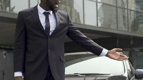Glimlachende Afro-Amerikaanse taxibestuurder die de vervoersdiensten, reclame aanbieden stock videobeelden