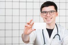Glimlachende apotheker die een doos van pillen in de apotheek houden royalty-vrije stock fotografie