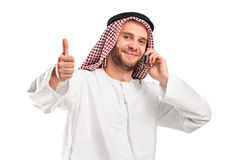 Glimlachende Arabier die op een mobiele telefoon spreekt Royalty-vrije Stock Fotografie
