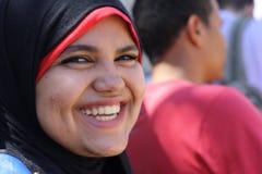 Glimlachende Arabische vrouw in sluier Stock Foto