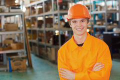 Glimlachende arbeider bij een pakhuis Stock Foto's