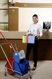 Glimlachende arbeider die het hotel schoonmaakt Stock Foto's