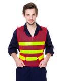 Glimlachende arbeider in een weerspiegelend vest stock fotografie