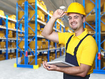 Glimlachende arbeider in pakhuis Stock Afbeelding