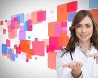 Glimlachende arts die op iets in haar hand richten Stock Afbeeldingen