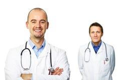 Glimlachende arts die op wit wordt geïsoleerdc Stock Foto