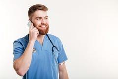 Glimlachende arts met stethoscoop het spreken Royalty-vrije Stock Foto