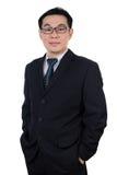 Glimlachende Aziatische Chinese mens die kostuum het stellen met zeker dragen royalty-vrije stock foto's