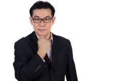 Glimlachende Aziatische Chinese mens die kostuum het stellen met zeker dragen Stock Afbeeldingen