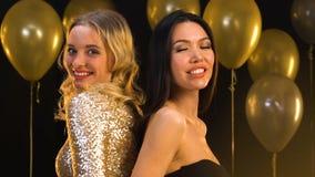 Glimlachende Aziatische en Kaukasische vrouwelijke vrienden die camera, viering bekijken stock videobeelden