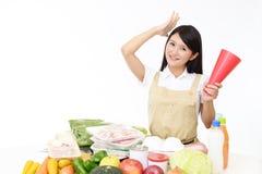 Glimlachende Aziatische huisvrouw stock afbeeldingen