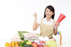 Glimlachende Aziatische huisvrouw stock foto's