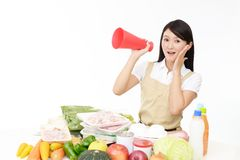 Glimlachende Aziatische huisvrouw stock fotografie
